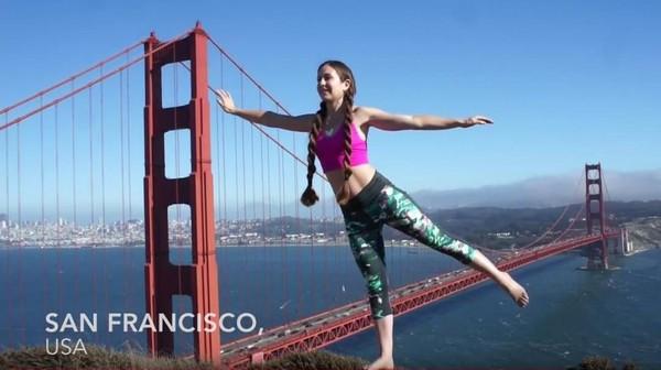 Di negara asalnya, Maloon bergaya yoga dengan latar Golden Gate Bridge (Frog Song Medicine/Youtube)
