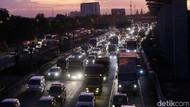 Ruas Tol Jakarta-Cikampek Masih Padat, Volume Kendaraan Meningkat