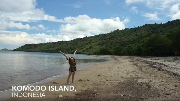 Ia datang dan yoga di Borobudur, Gunung Bromo, Bali, juga Pulau Komodo (Frog Song Medicine/Youtube)