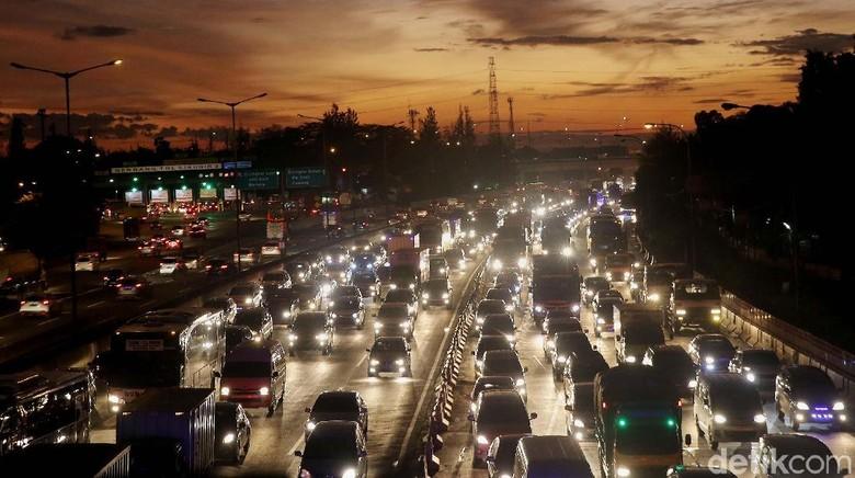 Ilustrasi kemacetan di jalanan Foto: Agung Pambudhy