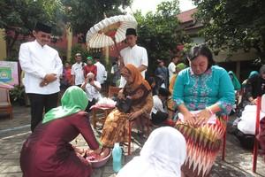 Momen Murid SD Basuh Kaki Ibu di Hari Ibu