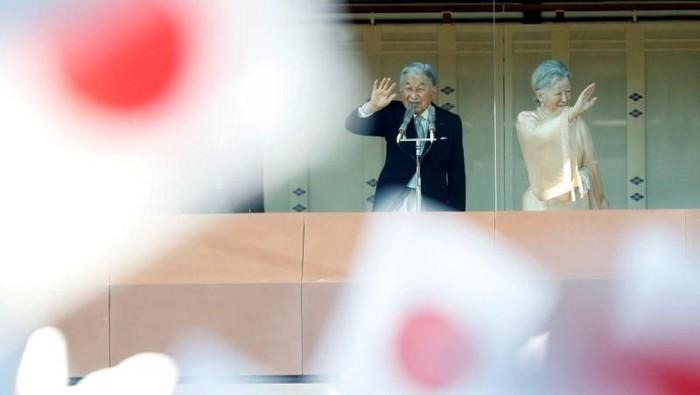 Kaisar Akihito dan Permaisuri Michiko melambaikan tangan dari atas balkon istana (Foto: Reuters)