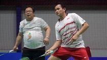 Aksi Menteri Bambang Main Badminton Bareng Chandra Wijaya