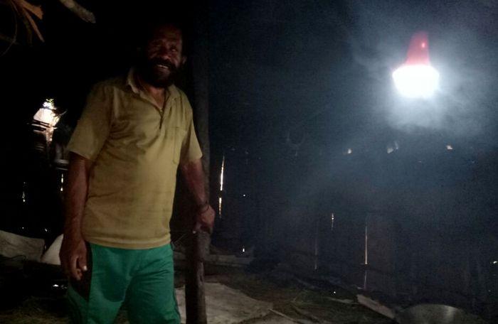 Lampu Tenaga Surya Hemat Energi (LTSHE) kini bisa dirasakan penduduk Papua. Lampu Tenaga Surya Hemat Energi (LTSHE) merupakan program pemerintah menerangi desa-desa yang minim prasarana listrik berjumlah mencapai lebih dari 2.500 desa di seluruh Indonesia. Ini adalah salah satu wujud Nawa Cita membangun dari pinggiran. Dok. Kementerian ESDM.