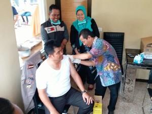 Kapolres dan 100 Warga Tangsel Disuntik Vaksin Difteri