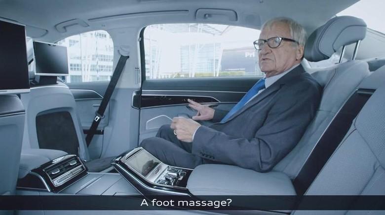 Asyik, bisa pijat kaki di dalam mobil. Foto: Screenshot Youtube Audi Germany