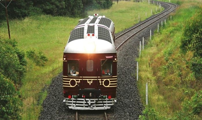 Kereta bertenaga surya 100% pertama di dunia ini sekarang meluncur di Byron Bay, Australia. Istimewa/Inhabitat.