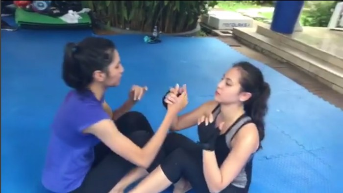 Aktris cantik Mikha Tambayong juga punya hobi boxing. Mikha biasanya melakukan boxing lima kali seminggu. Niatnya bukan bentuk badan, hanya ingin lebih sehat. (Foto: Instagram @miktambayong)