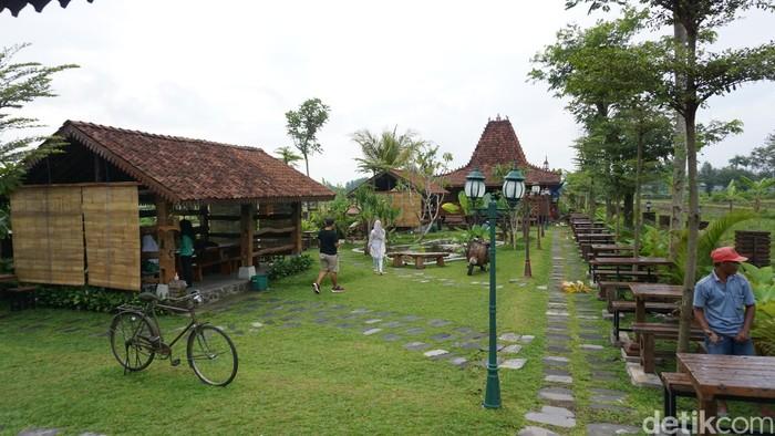 Wedang Kopi Prambanan memiliki halaman yang luas dan semi outdoor. Dijamin betah kalau ke sini! Foto: Lusiana Mustinda/dok. detikFood