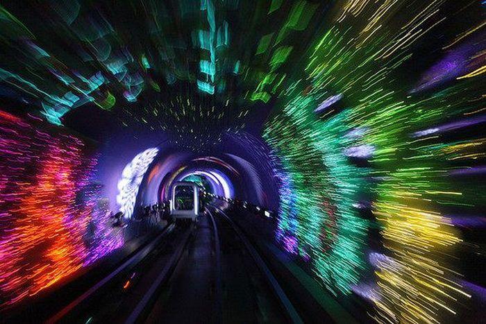 Dinding terowongan dilapisi oleh lampu-lampu berkelap-kelip warna-warni yang memberikan efek halusinasi. Istimewa/atlasobscura.
