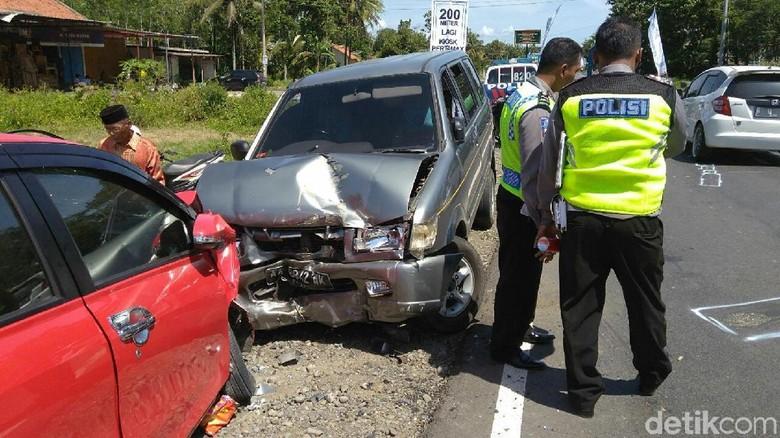 Ilustrasi kecelakaan mobil Foto: Rinto Heksantoro/detikcom