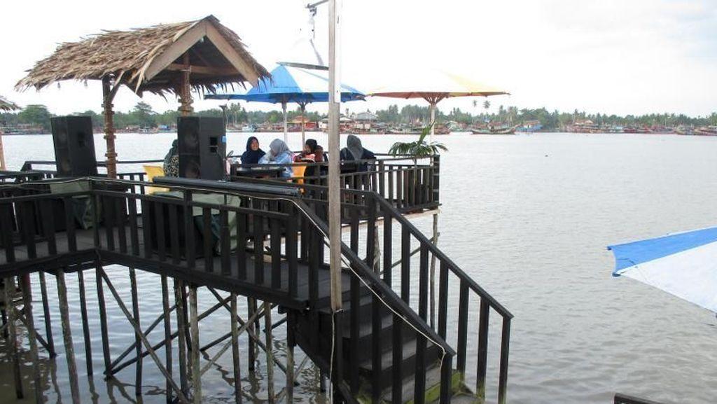 Dilarang Galau Kalau Nongkrong di Kafe Tepi Sungai Ini