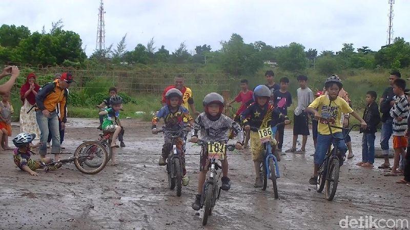 Foto: Balap sepeda mini cross ini diikuti peserta baik Kota Pangkalpinang, maupun kabupaten di Bangka. Peserta lomba ini hampir seluruhnya pelajar. Mereka lebih lebih memilih mengikuti event bike mini cross ini ketimbang berkunjung ke tempat wisata. (Deni Wahyono/detikTravel)