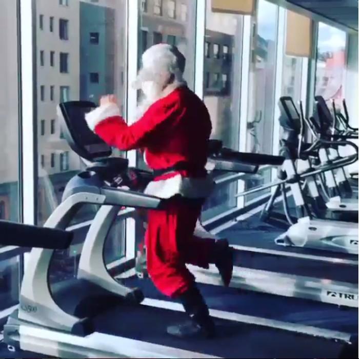 Good old Santa workout before the holidays, tulis akun lain. Foto: Instagram