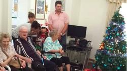 Berbagi kasih Natal tidak hanya di rumah. Namun, bisa juga di panti jompo bersama para lansia. Seperti yang dilakukan oleh orang-orang ini.