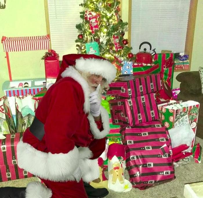 Dia juga tidak lupa membawa sekarung hadiah untuk dibagi-bagikan. Foto: Instagram