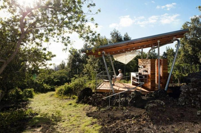 Untuk menyediakan koneksi yang kuat ke lingkungan sekitarnya, para arsitek menciptakan dua pondok kayu sederhana yang bernama rumah Mauka dan rumah Makai. Inhabitat/Istimewa.
