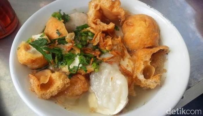 Butuh yang hangat-hangat? Bakso unik khas Bandung ini cukup legendaris. Sudah buka sejak tahun 1990-an, cuanki ini dibuat dengan bakso ikan, bakso tahu hingga kuah kaldu yang gurih. Tempatnya ada di Jalan Serayu No. 2, Bandung. Foto: Detikfood