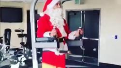 Santa Claus merupakan sosok yang kerap muncul saat perayaan Natal. Tapi siapa sangka, ternyata sosok tersebut juga muncul di tempat gym. Lucunya...