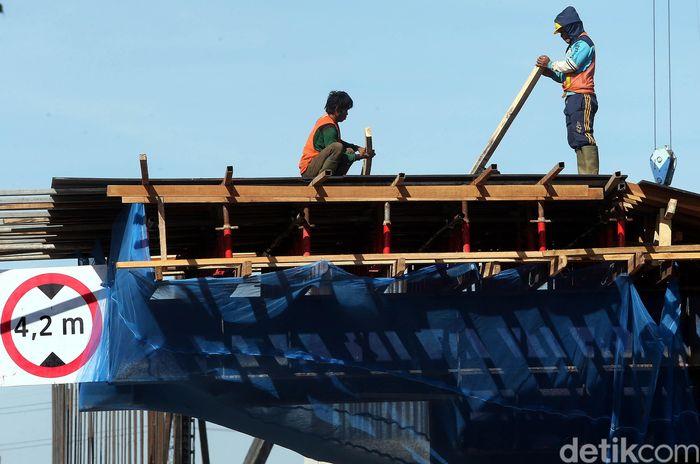 Meski Badan Pengatur Jalan Tol (BPJT) meminta semua proyek pembangunan jalan tol dihentikan sementara, namun tudak berlaku bagi proyek pembangunan Tol Becakayu, Jakarta.