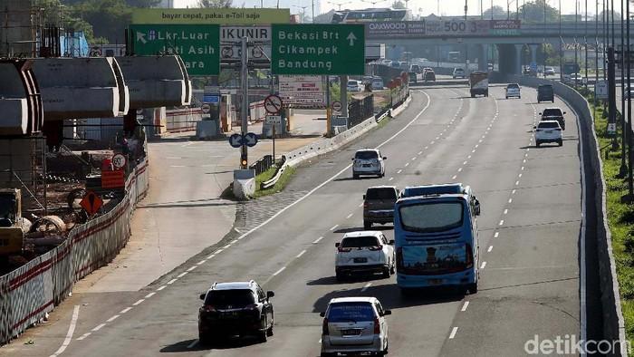 Libur hari Natal, arus lalu lintas di Tol Jakarta-Cikampek terpantau lancar. Kendaraan pun melaju dengan kencang.