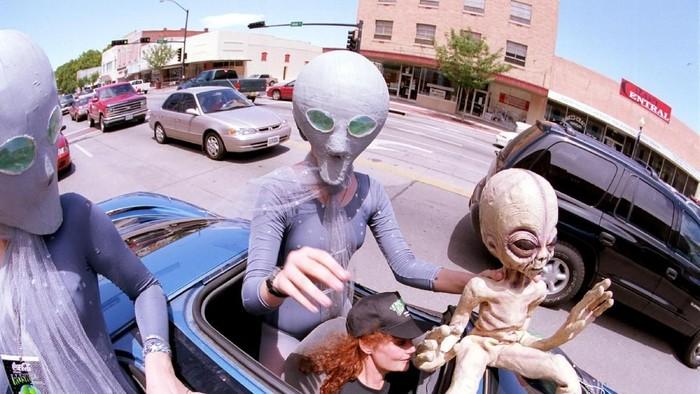 Orang-orang merayakan penampakan UFO di Roswell