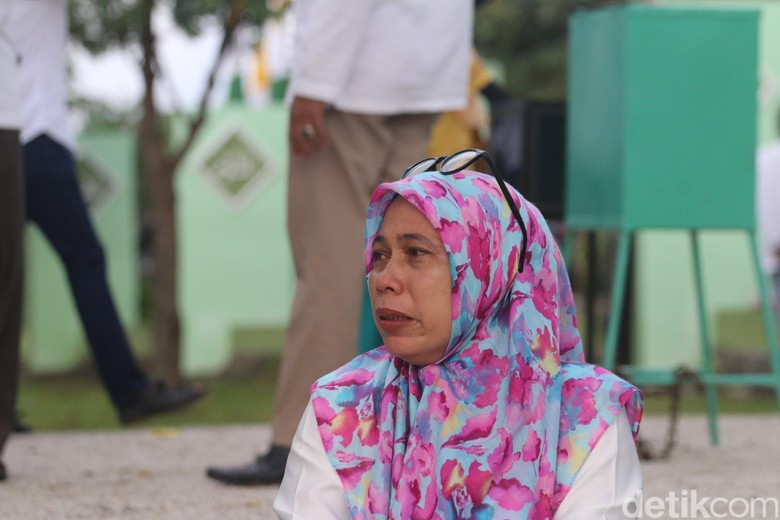 Ziarah Kuburan Massal Tsunami, Warga Aceh Tak Kuasa Bendung Air Mata