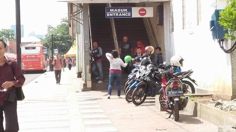 Ojek mangkal di stasiun Tanah Abang (Foto: Yulida Medistiara/detikcom)