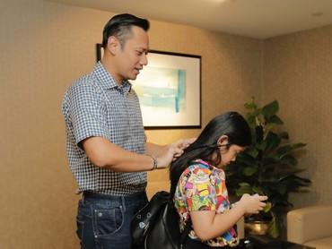 Ayah nyisirin rambut putrinya? No problem. (Foto: Instagram/agusyudhoyono)