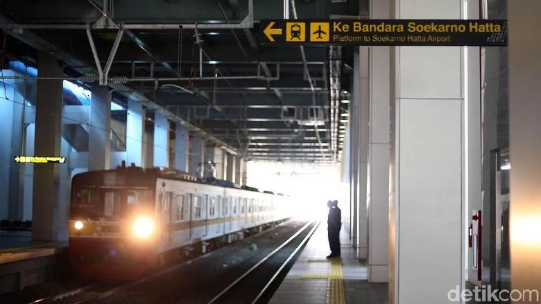 Kereta Bandara (KA) Soekarno-Hatta resmi diuji coba hari ini. Warga pun ramai-ramai menjajal kereta yang akan beroperasi secara penuh pada 1 Januari 2018 tersebut.