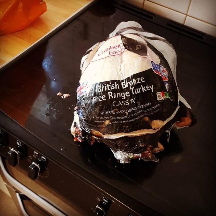 Sebelum memanggang kalkun, pastikan Anda sudah membuka plastik pembungkusnya. Jangan seperti yang satu ini, plastik pembungkus ikut terpanggang dan meleleh. Foto: Instagram