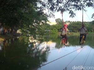 Liburan Akhir Tahun di Makassar, Bersepeda di Atas Danau Cinta