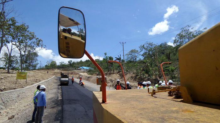 Ini adalah pekerjaan peningkatan kualitas jalan perbatasan menuju PLBN Motaain yang ada di NTT. Pool/PUPR.