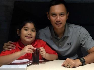 Bagi anak perempuan, cinta pertamanya adalah pada ayahnya... (Foto: Instagram/agusyudhoyono)