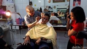 Before-After Sandiaga dan Lulung Potong Rambut di Ko Tang Glodok
