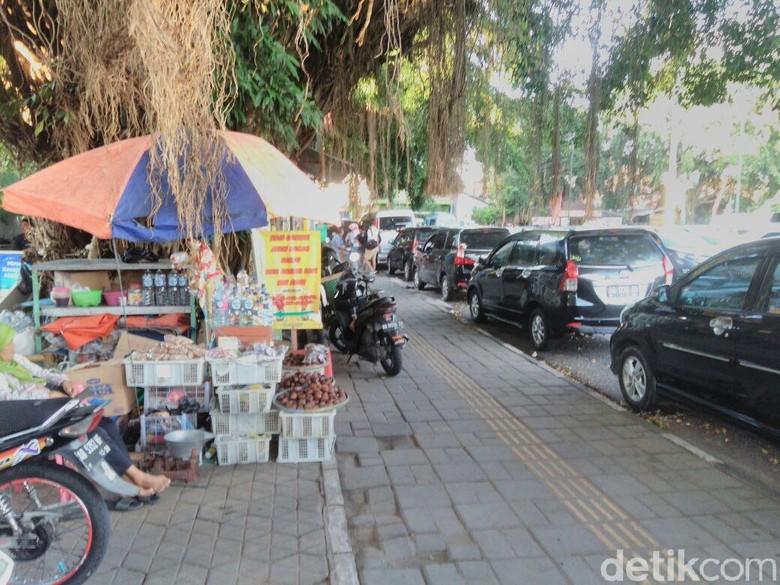 Mobil parkir di Alun-alun Utara Yogyakarta. Foto: Ristu Hanafi/detikcom