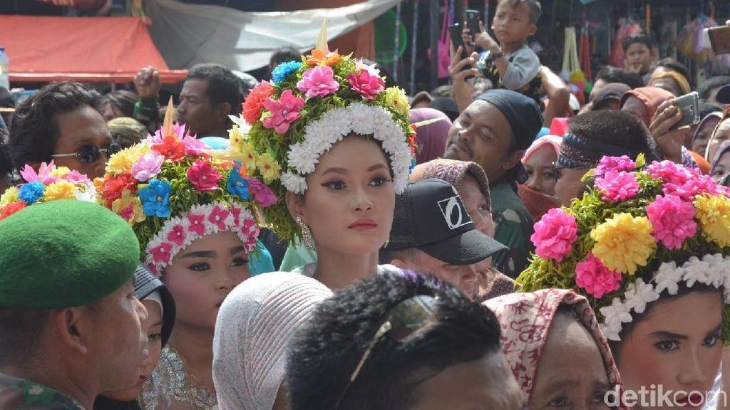 Gadis-gadis Cantik Bermahkota Bunga di Indramayu
