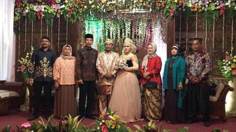 Tembus Gang Sempit, Jokowi Hadiri Pernikahan Anak Perawat Rusa Istana
