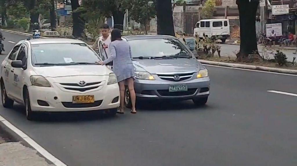 Duh! Wanita Ini Tega Tampar Sopir Taksi yang Lebih Tua Darinya