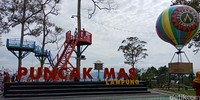 Puncak Mas bisa dibilang wisata baru di Lampung. Temoat ini berada di Jalan Haji Hamim RJP, Sukadana, Lampung. Di sini ada tempat bermain khusus anak dan pemandangan cantik yang jadi latar. (Bonauli/detikTravel)
