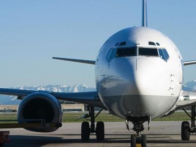Mengurung Diri di Toilet Pesawat, Penumpang Ini Ditangkap Polisi