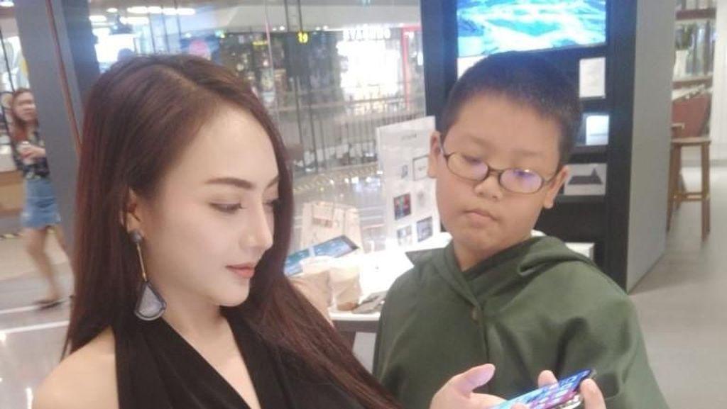 Gokil! Bocah 10 Tahun Ini Hadiahi Model Seksi iPhone X