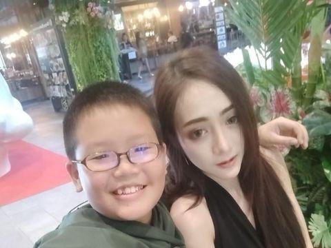 Kencan dengan Model Cantik dan Seksi, Bocah 10 Tahun Ini Jadi Viral