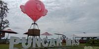Ada yang menarik selain rumah pohon. Di samping tulisan Puncak Mas, ada 2 buah balon udara yang bisa kamu naiki. Kamu cukup membayar Rp 10.000 untuk berfoto di dalam balon udara. (Bonauli/detikTravel)