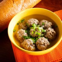 Menu Tahun Baru: Paduan <i>Meatball</i> dalam Sup dan Tumisan Pedas yang Nikmat