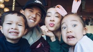 Potret Ceria Keluarga Jennifer dan Irfan Bachdim