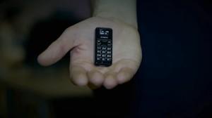 Penampakan Ponsel Terkecil di Dunia, Cuma Seukuran Jempol