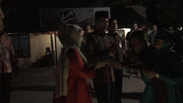 Presiden Jokowi dan Iriana Jokowi disambut warga