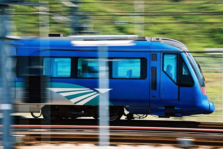 Di Hong Kong, terdapat kereta Airport Express, yang menghubungkan Bandara HKIA dengan pusat kota. Kereta ini juga sering disebut MTR, dengan waktu 24 menit dari bandara menuju pusat kota. Harga tiketnya dimulai dari HKD 70-115 (Rp 128-210 ribu) tergantung tujuan dan jenis tiket (Discoverhongkong)