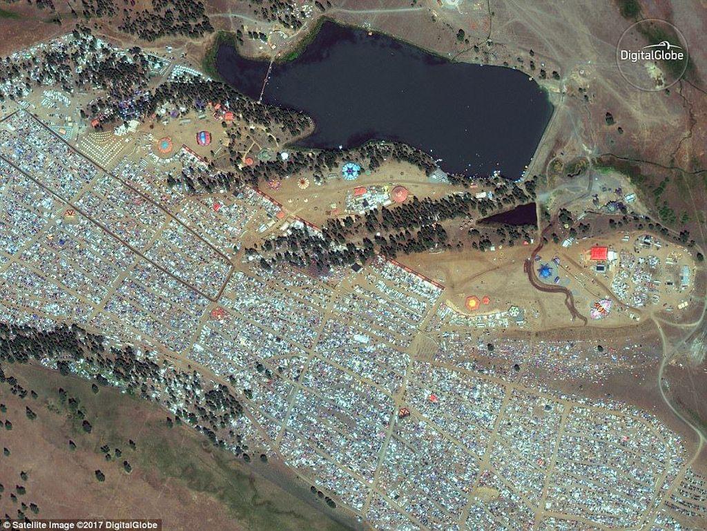 Gambar ini ditangkap menggunakan satelit WorldView-2 milik DigitalGlobe pada 19 Agustus. Memperlihatkan ratusan ribu orang ramai-ramai menonton peristiwa Gerhana Matahari di Big Summit Prairie, Oregon, Amerika Serikat.Foto: DigitalGlobe